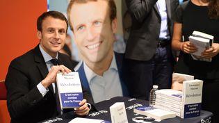 """Emmanuel Macron, lors d'une séance de dédicace de son livre """"Révolution"""" à Paris (ERIC FEFERBERG / AFP)"""