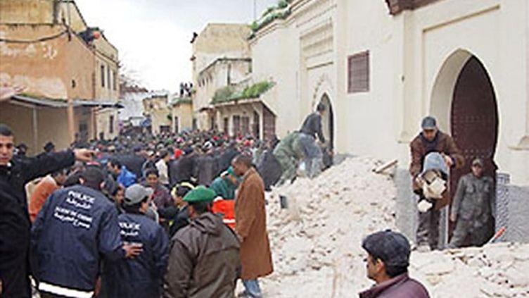 Foule dans la rue après l'effondrement du minaret, à Meknès (Maroc), le 19/02/10 (AFP)