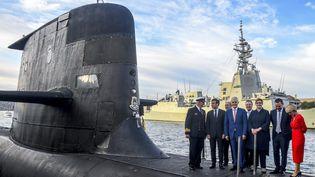 Une photo d'archive prise le 2 mai 2018 montre le président français Emmanuel Macron et le Premier ministre australien Malcolm Turnbull debout sur le pont du HMAS Waller, un sous-marin de classe Collins exploité par la Royal Australian Navy, à Garden Island à Sydney. (BRENDAN ESPOSITO / POOL)