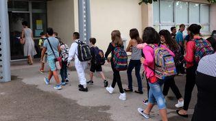 Enfants devant uncollège des Pyrénées-Orientales (photo d'illustration) (MAXPPP)