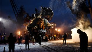 Le dragon géantva bientôt envahirles rues de Calais pour trois jours de spectacle. (FRANCOIS LO PRESTI / AFP)