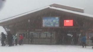 À La Clusaz (Haute-Savoie), 50 centimètres de neige sont tombés en cinq jours. Vendredi 27 décembre, les services de l'État de Haute-Savoie sont venus assister à la sécurisation des pistes. (France 3)