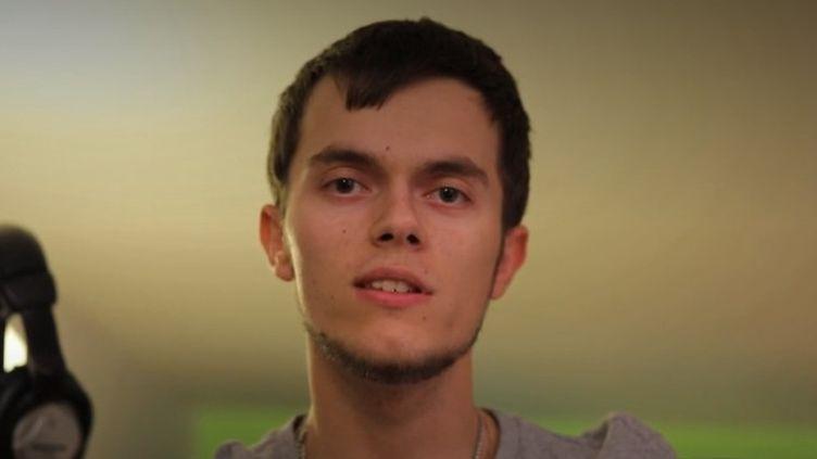 """Maxime, 20 ans,étudiant en théâtre, a été victime de harcèlement pendant quatre ans au collège. Pour France 2, il raconte ces années de """"cauchemar"""". (FRANCE 2)"""