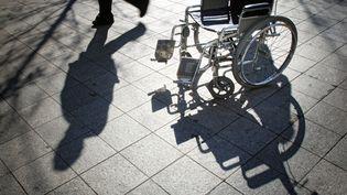 Un fauteuil roulant dans une rue piétonne à Lyon (Rhone). (JEAN-PHILIPPE KSIAZEK / AFP)