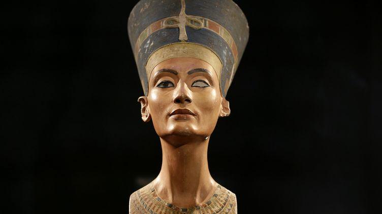 Un buste de Néfertiti photographié durant la présentation d'une exposition à Berlin (Allemagne), le 5 décembre 2012. (MICHAEL SOHN / AFP)