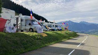 Les campings-car fidèles au poste, en haut du col de Romme avant le passage du Tour de France, le 3 juillet 2021. (AH)