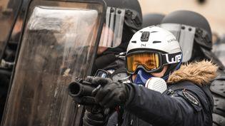 Un policier avec un LBD 40, le 19 janvier 2019 à Paris. (ERIC FEFERBERG / AFP)