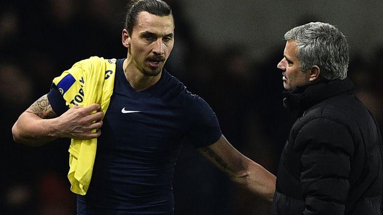 José Mourinho essaye de calmer Zlatan Ibrahimovic (FRANCK FIFE / AFP)