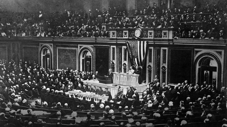 Le président Wilson demandant au Congrès américain d'entrer dans la Première Guerre mondiale, le 2 avril 1917. (THE STANLEY WESTON ARCHIVE / ARCHIVE PHOTOS)