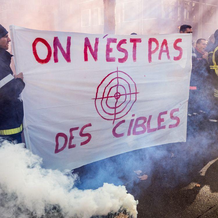 Des pompiers manifestant le 6 novembre 2017 à Lyon, quelques jours plus après l'agression de leurs collègues au cocktail molotov à Feyzin (Rhône). (NICOLAS LIPONNE / NURPHOTO / AFP)
