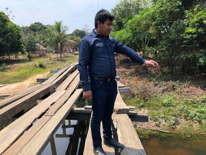 Gledson, membre de la tribu des Karitiana, se souvient de cette rivière dans laquelle il se baignait enfant. (MATTHIEU MONDOLONI / FRANCE-INFO)