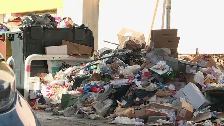 Les éboueurs de Marseille (Bouches-du-Rhône) viennent d'être réquisitionnés par la police pour ramasser les tonnes de déchets qui restent encore dans les rues de la métropole Aix-Marseille. (CAPTURE D'ÉCRAN FRANCE 3)