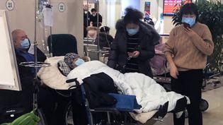 Des patients attendent aux urgences d'un hôpital de Pékin (Chine), le 25 janvier 2020. (KOKI KATAOKA / YOMIURI / AFP)