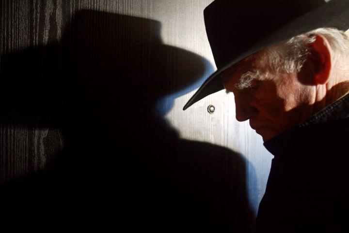 Le peintreYves Corbassière en 2002 dans son appartement parisien. (JOEL ROBINE / AFP)
