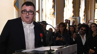 Albert Elbaz fait un discours après avoir reçu la Légion d'honneur, lundi 3 octobre 2016.  (Christophe Archambault / AFP)