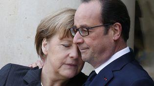 Le président français François Hollande souhaite la bienvenue à la chancelière allemande Angela Merkel sur le perron de l'Elysée. ( PASCAL ROSSIGNOL / REUTERS)