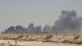 De la fumée s'échappe d'une installation pétrolière de la compagnie Aramco à Abqaiq (Arabie saoudite), après une attaque par drones, le 14 septembre 2019. (AFP)