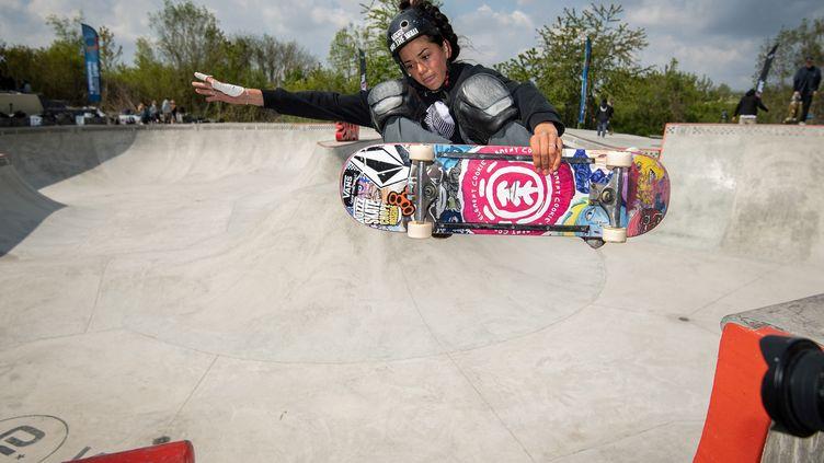 La skateuse Madeleine Larcheron participe aux championnats de France de skateboard Bowl 2021 au skatepark Cosanostra, le 2 mai 2021 à Chelles. (BERTRAND GUAY / AFP)