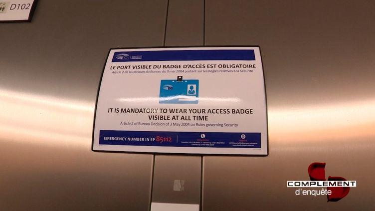 """Au Parlement européen : """"Le port visible du badge d'accès est obligatoire"""" (FRANCE 2 / FRANCETV INFO)"""