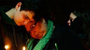 Donna Soto (à droite), la mère d'une des enseignantes tuées lors de la fusillade de l'école de Sandy Hook à Newtown, alors qu'elle tentait de protéger ses élèves. La photo est prise lors d'une veillée à Stratford dans le Connecticut, samedi 15 décembre 2012. (JARED WICKERHAM / GETTY IMAGES / AFP)