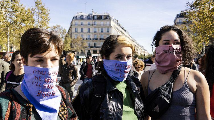 Des manifestantes de #NousToutes, lors d'une manifestation organisée à Paris, place de la République, à l'initiative du collectif, le 29 septembre 2018. (DENIS MEYER / HANS LUCAS)