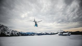 Un hélicoptère patrouille dans la station d'Avoriaz (Haute-Savoie), le 5 février 2016. (AMELIE-BENOIST / BSIP / AFP)