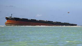 Le vraquier MV Wakashio, qui s'est échoué fin juillet, s'est scindé en deux samedi 16 août, au large de l'Île Maurice. (FABIEN DUBESSAY / AFP)