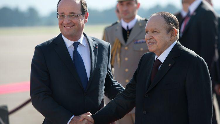 Le président français,François Hollande, et le président algérien,Abdelaziz Bouteflika, à l'aéroport d'Alger (Algérie), le 19 décembre 2012. (BERTRAND LANGLOIS / AFP)