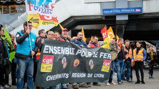 Des cheminots manifestent contre le projet de réforme de la SNCF, à Lyon, le 3 avril 2018. (FRANCK CHAPOLARD / CROWDSPARK / AFP)