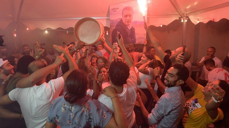Des partisans de Nabil Karoui, le candidat tunisien emprisonné, devant le QG de son équipe de campagne à Tunis, le 15 septembre 2019. (FETHI BELAID / AFP)