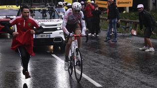 Ben O'Connor dans l'ascension vers Tignes sur le Tour de France 2021 (ANNE-CHRISTINE POUJOULAT / AFP)