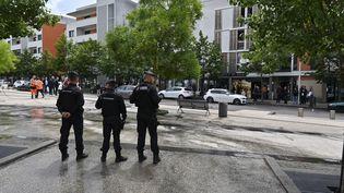 Des policiers surveillent une opération de nettoyage de rue dans le quartier des Grésilles à Dijon (Côte-d'Or), le 16 juin 2020 (Photo d'illustration). (PHILIPPE DESMAZES / AFP)