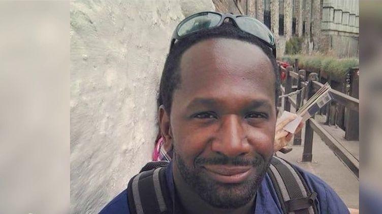 Enlevé il y a six mois par un groupe djihadiste au nord du Mali, le journaliste Olivier Dubois est le seul otage en captivité dans le monde. Ses proches et collègues se sont mobilisés afin de rappeler l'existence de l'homme, dont on n'a aucune preuve de vie depuis le 4 mai 2021. (CAPTURE ECRAN FRANCE 2)