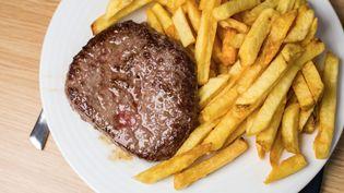 Une assiette avec un steak haché-frites. Photo d'illustration. (JEAN NICHOLAS GUILLO / MAXPPP)