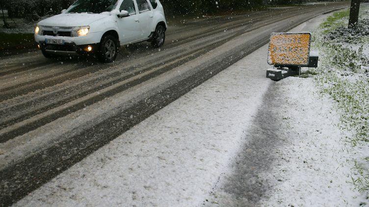 Un véhicule circule sur une route enneigée de la Drôme, le 14 novembre 2019. (NICOLAS GUYONNET / HANS LUCAS / AFP)