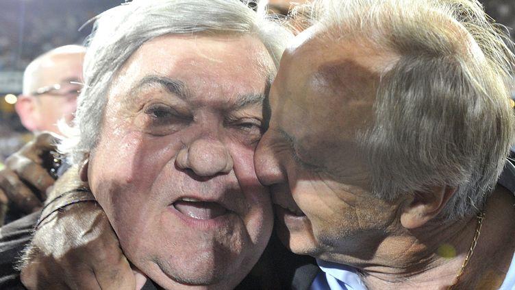 René Girard, l'entraîneur de Montpellier, embrasse Louis Nicollin, président du club, après la victoire contre Lille (1-0), le 13 mai 2012. (BORIS HORVAT / AFP)