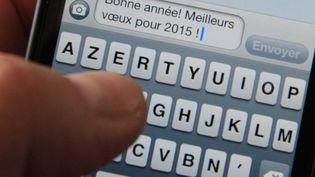 Près de 300 millions de SMS et MMS ont été échangés entre 21 heures et 2 heures pour le Nouvel An 2014, selon des chiffres rassemblés par le gouvernement auprès des opérateurs. (MAXPPP)
