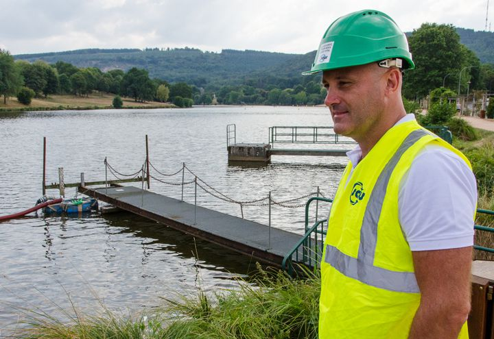 David Tonnelier, chef d'agence de la Saur, présente le dispositif de pompage de l'étang de Courtille, le 28 août 2019 à Guéret (Creuse). (THOMAS BAIETTO / FRANCEINFO)