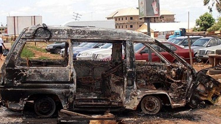 Un minibus brûlé par la foule en colère en réaction aux attentats à Kaduna (AFP PHOTO / VICTOR ULASI)