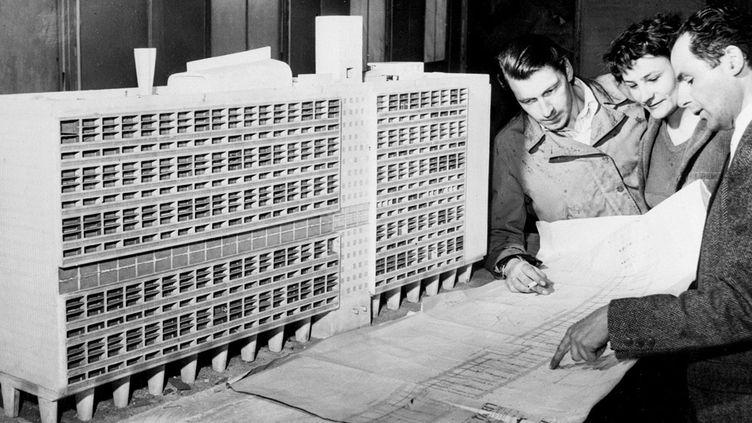 """(La maquette de la """"Cité radieuse"""", l'oeuvre de l'architecte Charles-Edouard Jeanneret, dit Le Corbusier, photographiée en 1947 à Marseille © AFP)"""