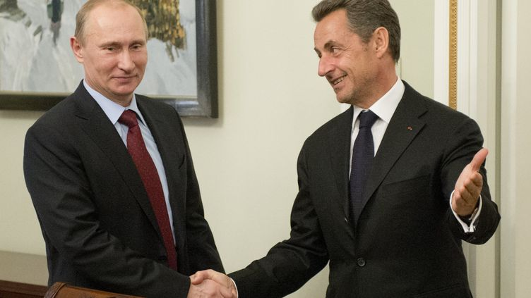 Le président russe, Vladimir Poutine, rencontre l'ancien président français Nicolas Sarkozy, à la résidence de Novo-Ogaryovo, près de Moscou (Russie), le 14 novembre 2012. (NATALIA KOLESNIKOVA / AFP)