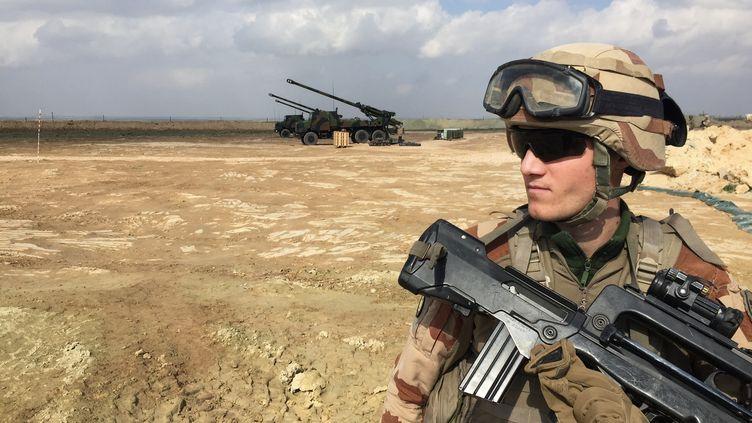 Un soldat français engagé au sein de la coalition internationale, le 9 février 2019, près de Al-Qaim, en Irak. (DAPHNE BENOIT / AFP)