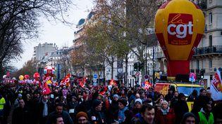 Des milliers de personnes défilent dans Paris contre la réforme des retraites, le 10 décembre 2019. (UGO PADOVANI / HANS LUCAS / AFP)