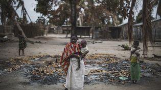 Une villageoise et son bébédans la localité d'Aldeia da Paz dans la province de Cabo Delgado (nord du Mozambique), attaquée par des jihadistes. Photo prise le 24 août 2019. (MARCO LONGARI / AFP)