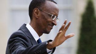 Un rapport d'experts de l'ONU publié en juin affirme que le Rwanda faisait du commerce de minerais avec les anciens du CNDP et qu'il soutient maintenant le M23, en leur fournissant armes et munitions. Le Rwanda dément. Mais plusieurs pays, dont les Etats-Unis, alliés du président rwandais Paul Kagame, ont retiré leur aide au pays. Des ONG ont aussi pointé du doigt l'Ouganda. Sur cette photo, le président rwandais lorsqu'il avait été reçu en septembre 2011 à l'Elysée par Nicolas Sarkozy. (FRED DUFOUR / AFP)