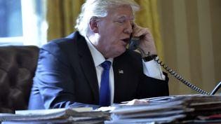 Donald Trump en conversation téléphonique avec le président russe, Vladimir Poutine, le 28 janvier 2017, à Washington. (MANDEL NGAN / AFP)