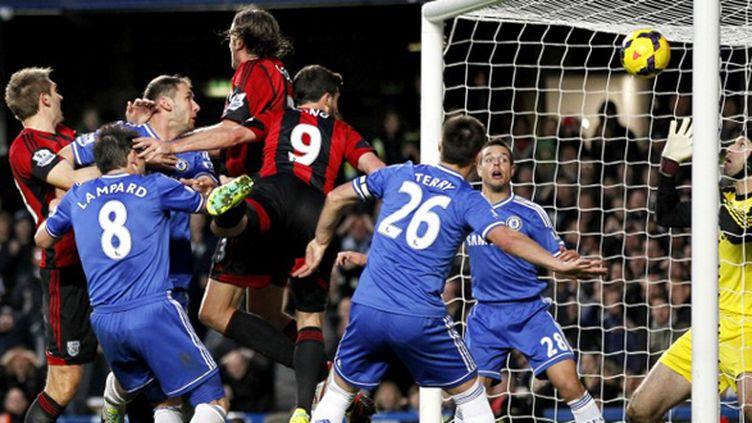 Shane Long, suivi de Sessegnon, a précipité la chute de Chelsea à Stamford Bridge.  (IAN KINGTON / AFP)