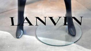 La bas d'un mannequin à travers une vitrine Lanvin. (GERARD JULIEN / AFP)