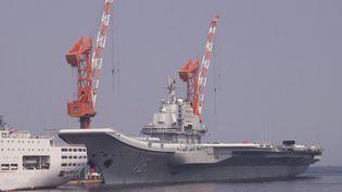 """Le porte-avions chinois """"Liaoning"""", le 25 août 2013 à Dalian (Chine). (WANG XIZENG / IMAGINECHINA / AFP)"""