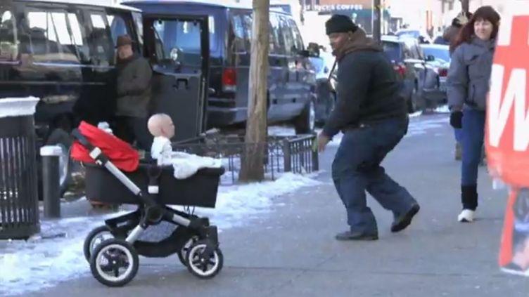 Une atroce marionnette de bébé effraie les passants à New York (Etats-Unis) en janvier 2014. ( YOUTUBE / FRANCETV INFO )